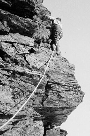 LITE UTSTYR: Klatrer i Troms med kun tau. Bildet er tatt på 1920-tallet av fotograf Peter Wessel Zapffe  / Nasjonalbiblioteket