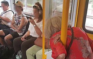 Bilde av eldre dame som må stå på toget vekker harme