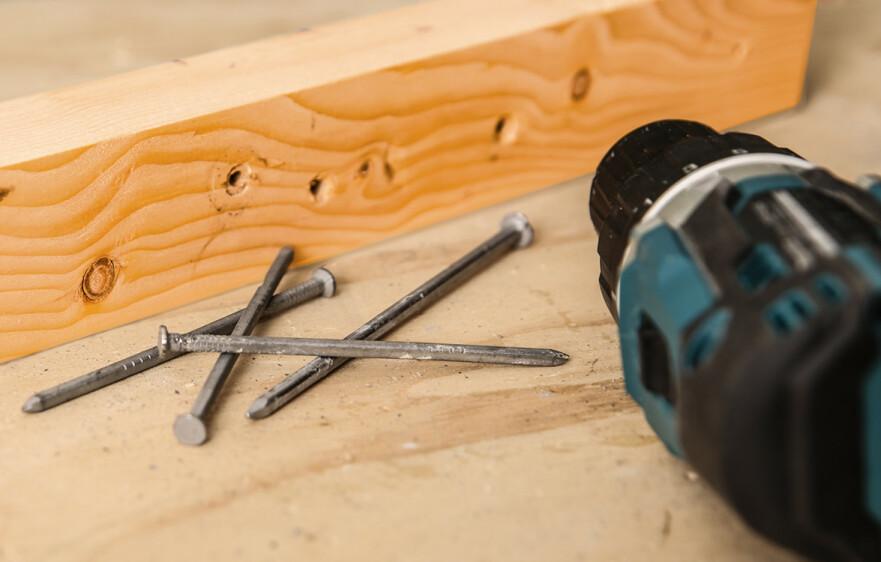 DRA UT SPIKER: Når gamle materialer skal renses for spiker kan drillen brukes. Foto: Øivind Lie-Jacobsen