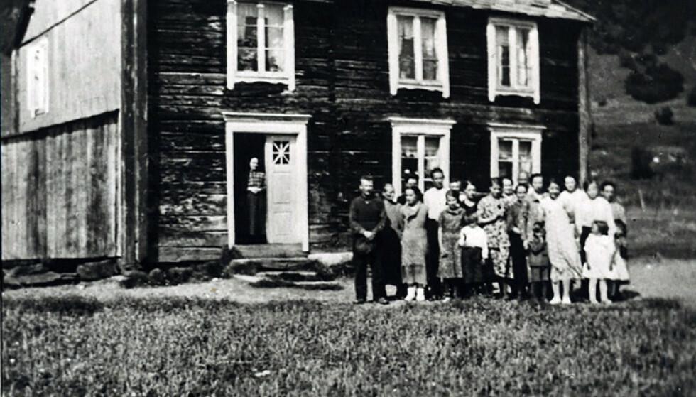 HJEMME: I dette huset bodde familien til Bjørn Harald Larssen sammen med en annen familie, i alt 30 personer. Flere av dem døde av tuberkulose. Foto: Privat.