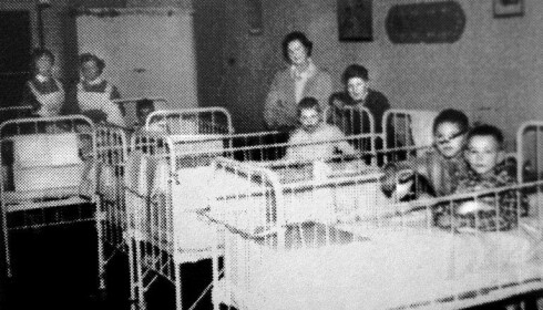 BARNESTUEN: På Kysthospitalet ble barna som var rammet av beintuberkulose plassert på barnestuen. Dette bildet er fra 1952. Foto: Privat.