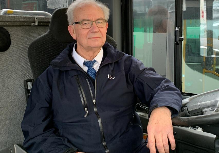 <strong>ANSATT SOM 63-ÅRING:</strong> Geir Skarstein (73) fra Bergen fikk fast jobb som bussjåfør i godt voksen alder. - Vær frempå når du søker jobb, er hans råd til andre seniorer. Foto: Privat.