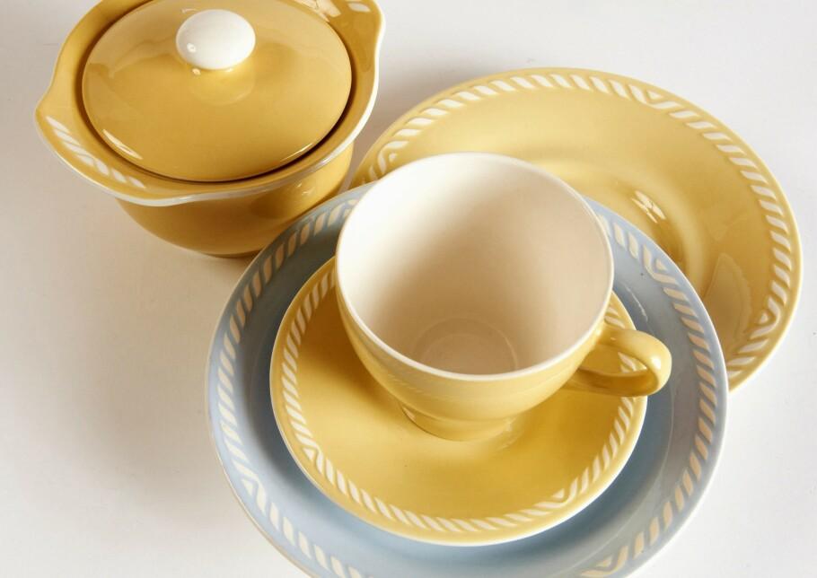 GULT ER KULT: «Sissel» syltetøykrukke fra 19541970 (ca. kr 150). Frokostasjett, blå Sissel (ca. kr 50), løse kopper og skåler (ca. kr 50–75 per stk). Fra Figgjo. Foto: Jan Larsen