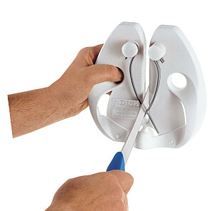 SKJERPING: Med et hurtigstål blir kniven skarp med et par drag. Foto: Produsenten.