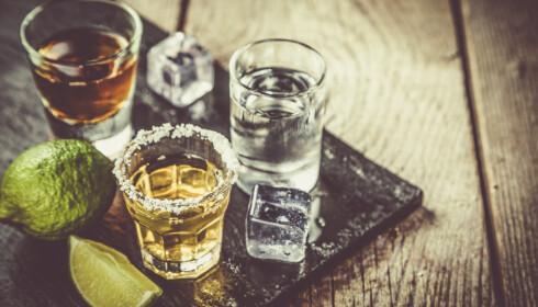 BØR IKKE BLANDES MED MEDISINER: Alkohol kan skape større problemer for desto eldre man blir. Foto: NTB Scanpix.