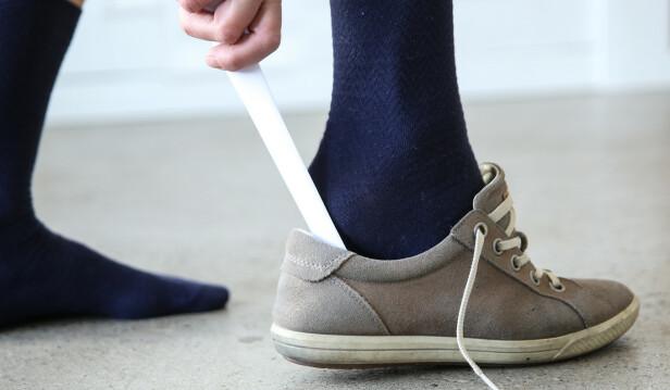 Skohorn. Trekk papiret opp samtidig som du skyver hælen ned. Foto: Øivind Lie-Jacobsen