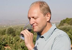 LES OM STEDET: Christer Berens mener smaksopplevelsen av vinen blir bedre, desto mer du vet om stedet du skal besøke. Foto: Vinkilden.