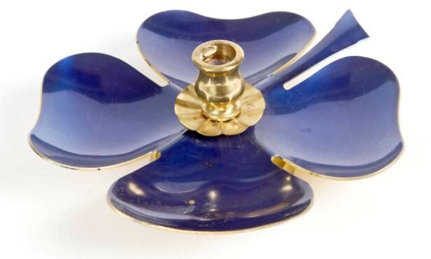 LITEN OG LEKKER: Blå firkløver lysestake (cirka 75 kroner). Foto: Jan Larsen