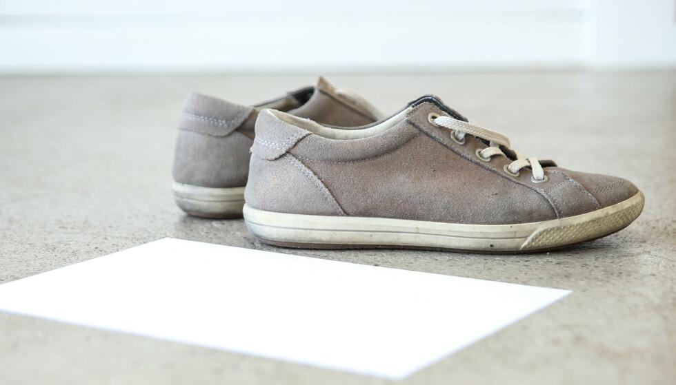 NØDLØSNING: Mangler du skohorn kan et papirark gjøre jobben. Foto: Øivind Lie-Jacobsen