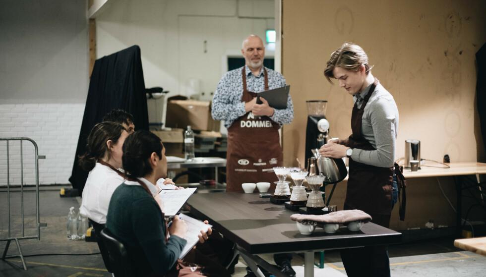 IKKE FOR VARM: Kaffen må ha riktig temperatur for å smake best mulig. Her er norgesmester Erlend Wessel-Berg i aksjon. Foto: Frida Helgerud.