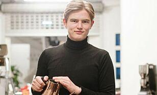 RIKTIG TEMPERATUR: Erlend Wessel-Berg mener det er viktig å ha riktig temperatur på kaffen. Foto: Kristian Helgesen.