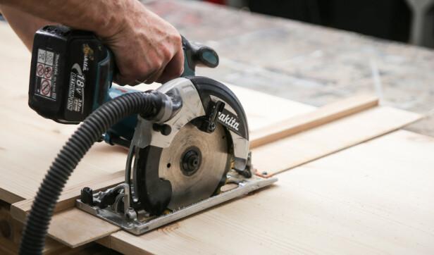 Enkel å bruke: Legg kanten på styreskinnen på streken og kapp i vei. Foto: Øivind Lie-Jacobsen