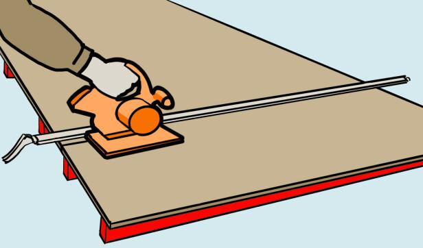 Understøtte: Legg lekter under platen når den skal kappes. Illustrasjon: Øivind Lie-Jacobsen