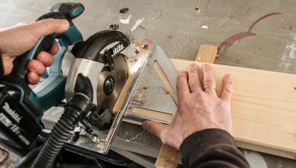 Fort og rett. Med en hurtigvinkel som støtte går det fort å kappe bordene rett av. Foto: Øivind Lie-Jacobsen