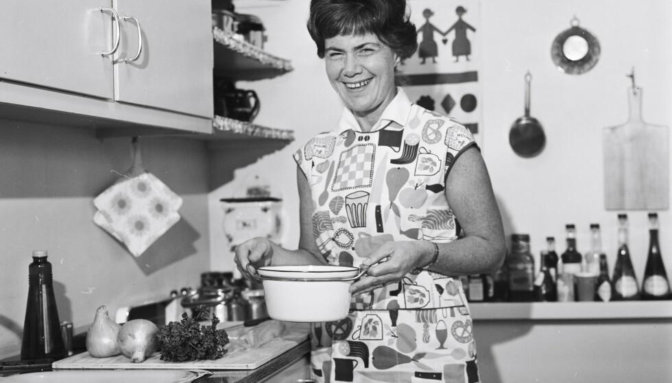 Hjemme på kjøkkenet til NRK-profilen Ingrid Espelid (senere Hovig) i Oslo i 1965. Året før ble hun programleder for «Fjernsynskjøkkenet», et TV-program som ble populært. FOTO: Rigmor Dahl Delphin/Oslo Museum