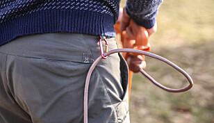 Unngå å kappe: En liten karabinkrok er løsningen når kabelen skal holdes unna de skarpe knivene. Foto: Øivind Lie-Jacobsen