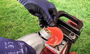 Hydraulikkolje: Sjekk og etterfyll olje før sesongen. Foto: produsenten