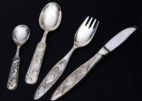 SPESIALSERVISE: Spesialdesignet spisebestikket i sølv er en flott gave til den nye verdensborgeren (fra ca. kr 200 pr. stk.). Foto: Jan Larsen