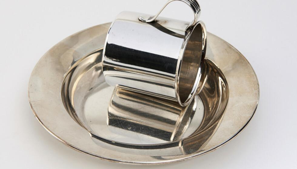 VAKKERT: Sølvtallerken og kopp er en hyggelig gave til den nyankomne (ca. kr 450 for tallerkenen og ca. kr 100 for koppen). Foto: Jan Larsen