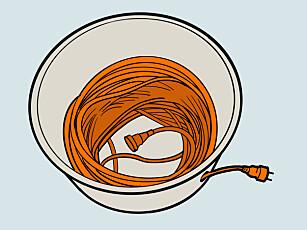 Trommel: En gammel bøtte gjør jobben som en kabeltrommel. Illustrasjon: Øivind Lie-Jacobsen