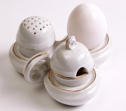 PRAKTISK: Sett for eggservering med saltog pepperbøsse og eggeskål i hvitt porselen (ca. kr 150). Foto: Jan Larsen