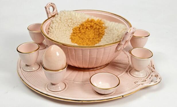 MIDTPUNKTET: Eggesett med saltskål og bolle. En hjemmestrikket eggevarmer holder frokosteggene varme. Settet er fra 1950-tallet (ca. kr 650). Foto: Jan Larsen