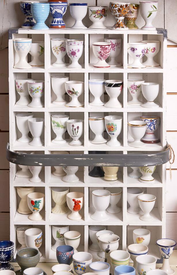 EGGEGLASS: En herlig samling av ulike eggeglass er dekorativt og morsomt. Foto: Jan Larsen
