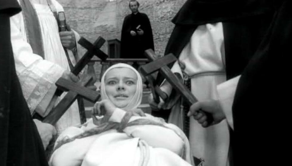 <strong>HEKSETRO I PÅSKEN:</strong> Ifølge gammel, norsk folketro var det redsel for at heksene skulle ta nattverdsbrødet ut av kirken på skjærtorsdag. Illustrasjonsfoto: Fra filmen Nonnen og djevelen, 1961.