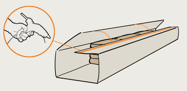 2. Brett presenningen rundt putene og marker hvor stor overlapp du skal ha i skjøten. Ta ut putene og lim sammen langsidene. Limflatene må være helt rene, vask med rødsprit om nødvendig. Klem delene godt sammen mens du legger ut limet. Illustrasjon: Øivind Lie-Jacobsen