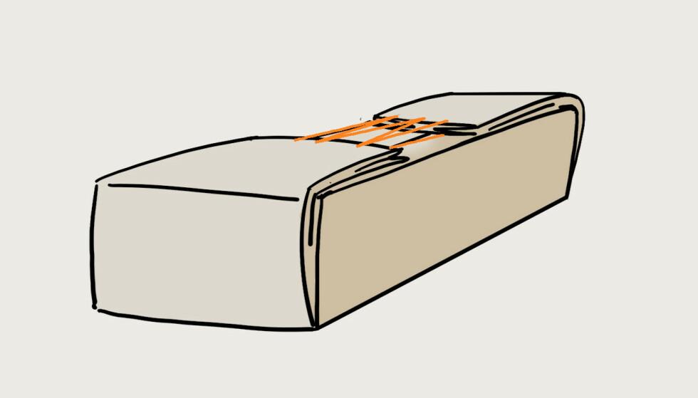 3. Monter snorer på kortendene slik at det går raskt å snøre bagen sammen når du har puttet inn putene. Bagen oppbevares med skjøten ned. Illustrasjon: Øivind Lie-Jacobsen