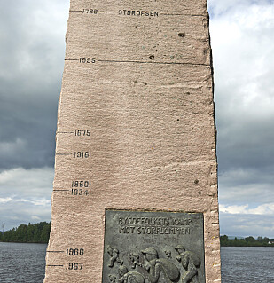 REKORDENE: Flommerke ved Glomma. Øverst er vannstanden for Storofsen i 1789 merket av, under er merkestreken for Vesleofsen i 1995. FOTO: Myhr, Steinar /NTB Scanpix.