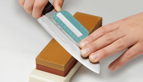 VÅTSTEIN: Et enkelt og relativt billig verktøy. Med en knivholder (turkis dings) blir det også enkelt å holde kniven i riktig vinkel. Foto: Produsenten