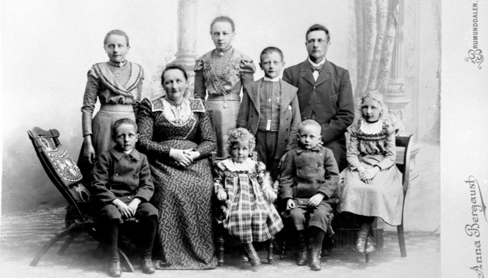 FAMILIELIKHET: Med fotomateriale fra langt over 100 år tilbake i tid har man mange spor å følge. Slektskapstestene sier lite alene. FOTO: Anna Bergaust.