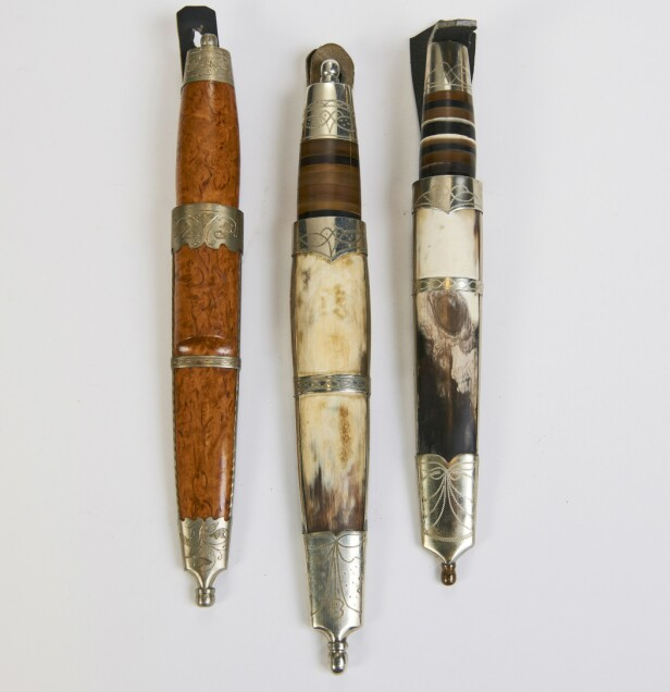 TIL PYNT: Staskniver ble gjerne gitt som gaver. Kniven til venstre har bjørkeskaft og bjørkeslire og sølvdekor på både kniv og slire (ca. kr 2000). Kniven til høyre har slire i ben med sølvdekor og treskaft med sølvdekor (cirka. kr 1500 pr. stk). Foto: Jan Larsen