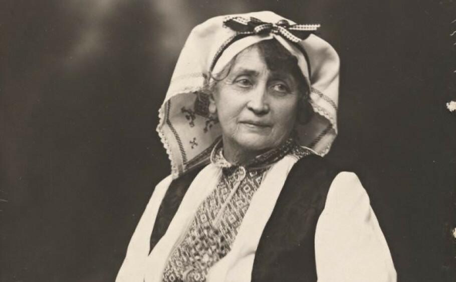 HISTORISK: Kultuforkjemperen Hulda Garborg heves ofte frem som bunadens mor. På 70-årsdagen sin, 22. februar 1932, ble hun utnevnt til ridder av St. Olavs orden. FOTO: Borgens Atelier / Nasjonalbibliloteket.