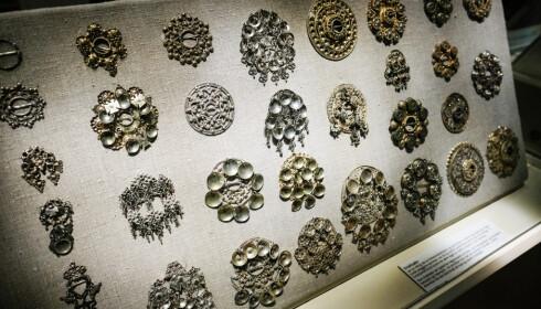 BLANKT: Sølvsmykker utgjør en stor del av bunadenes særpreg og verdi. Her fra utstillingen til Norsk Folkemuseum i Oslo. FOTO: Axel Munthe-Kaas Hærland / NTB.
