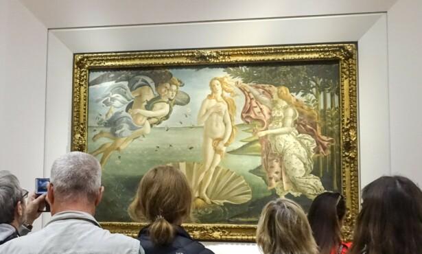 SKJØNNHET: Da Vinci, Michelangelo, Titan, Botticelli og Raphael er representert i Uffizi-museet. Her beundrer publikum Botticellis «Venus' fødsel». Foto: NTB Scanpix