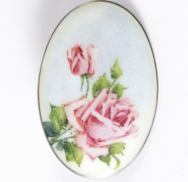 BESTEMORS GLEDE: Roser og blomster var populære motiver på brosjene. Disse er fra tidlig 1900-tallet (cirka. kr 600).
