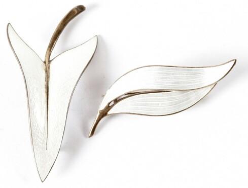 ELEGANSE: To hvite, bladformede nåler i forgylt sølv og emalje, designer Arne Nordlie (cirka kr 400 pr. stk). Foto: Jan Larsen