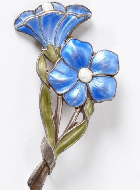 SJARMERENDE NOSTALGI: Blomsternål i forgylt sølv og emalje, designer Albert Scharning, en kjent, norsk emalje-kunstner fra forrige århundre.(cirka kr 450). Foto: Jan Larsen