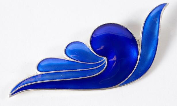 INSPIRERT AV NATUREN: Blå nål i sølv og emalje, designet av Synnøve Korssjøen for David Andersen fra rundt 1990 ( virka kr 1000). foto: Jan Larsen