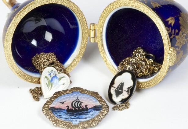 EDEL EMALJE: Smykker i dragestil og blomster fra begynnelsen av 1900-tallet. «Fabergé»- egget er av nyere dato (cirka. kr 200 kr pr. stykk for emaljeanheng og kr 300 for nålen). Foto: Jan Larsen