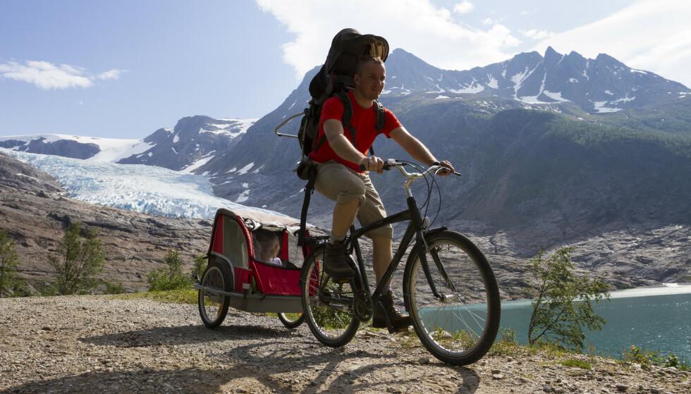 FAMILIEVENNLIG: En langsom sykkeltur i stor natur med ungene på slep, hva kan være bedre? FOTO: Shutterstock / NTB Scanpix.