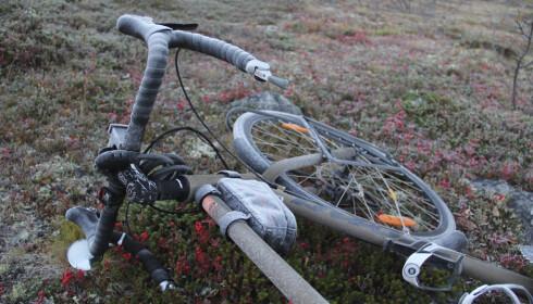 KALDT: Skal du sykle langt på Finnmarksvidda, er det verdt å investere i en solid og værbestandig sykkel. Lappesett, ekstra slange(r) og et velutstyrt førstehjelpskrin må også være med. FOTO: Lars Erik Sira.