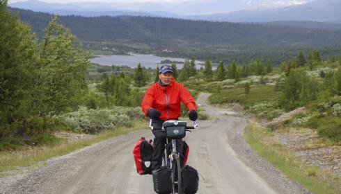 MILSLUKERE: Forfatter Øyvind Wold - sammen med tursyklist og blogger Lars Erik Sira - har nylig skrevet bok om langtursykling i Norge. FOTO: Øyvind Wold.