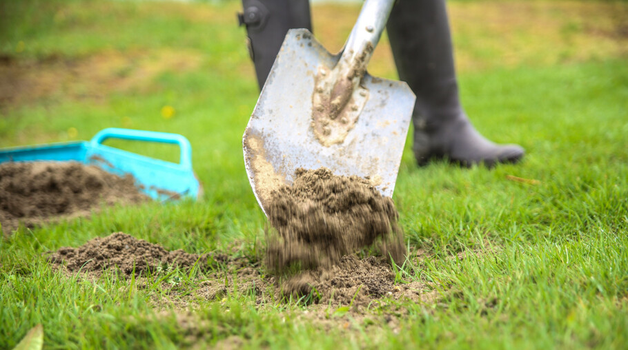 Ujevnheter: Når du skal rette ut ujevnheter kan du fylle på med et tynt lag jord. Foto: Øivind Lie-Jacobsen