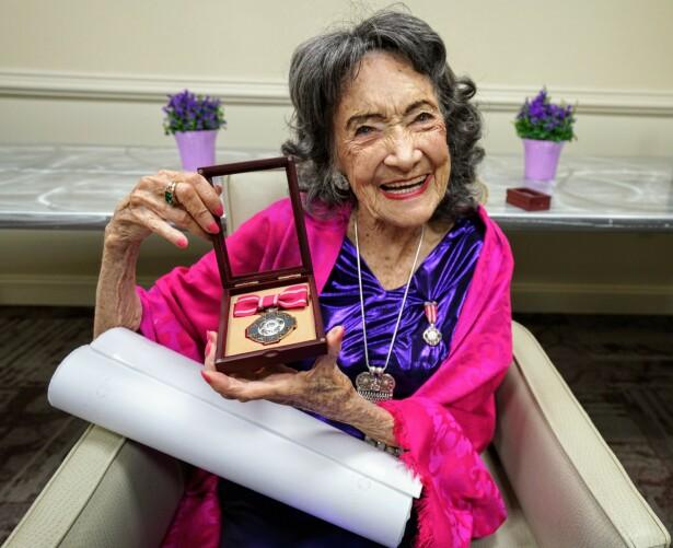 IMPONERER: Selv om Tao Porchon-Lynch er 100 år, har hun fortsatt mye å lære bort fysisk. Foto: Wikipedia.