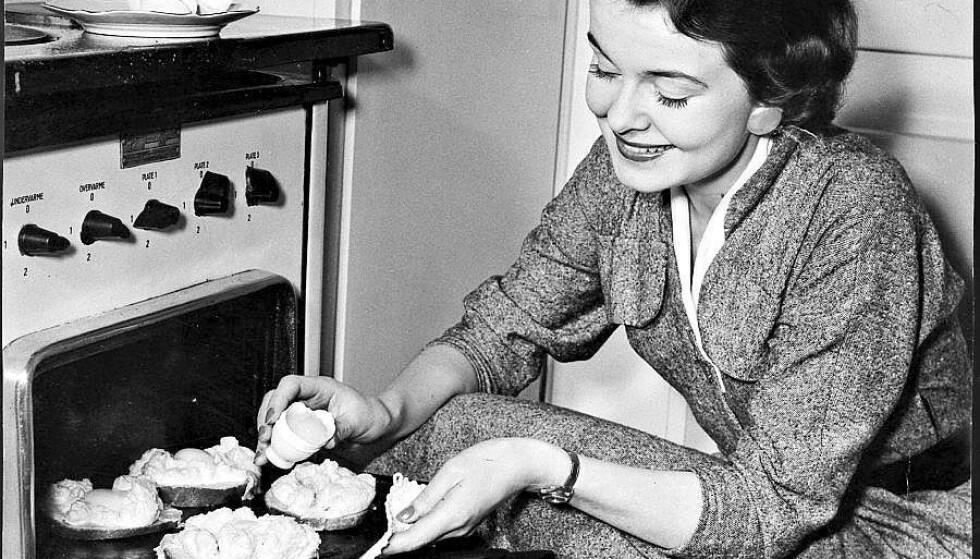 HUSMOR: Mattradisjonene endret seg i takt med at stadig flere hjemmeværende husmødre begynte i arbeid. Foto: NTB Scanpix.