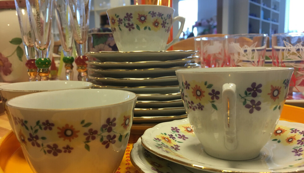 KOMBINER: Hva med gamle kopper til nye asjetter? Trenden er å blande gammelt og nytt - brukt og ubrukt. FOTO: Ina Kjøstvedt.