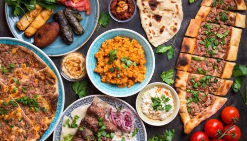 TYRKISK: Mer og mer av maten vi spiser er småmat som vi deler. Tradisjonelt nordisk servise blir mindre aktuelt. FOTO: Shutterstock/NTB Tema.